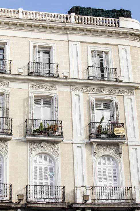 Edificio de viviendas en el centro de Madrid con un cartel de 'Se...