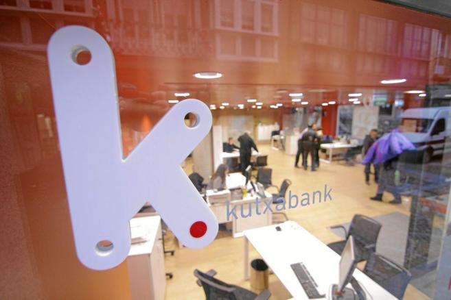 Imagen de archivo del interior de una oficina de Kutxabank tomada...