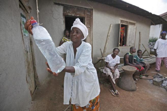 Una mujer se desinfecta las manos en Liberia.