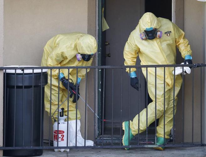 Trabajadores del hospital de Dallas desinfectan sus trajes.