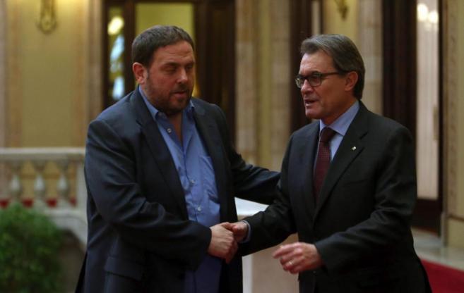 El presidente de la Generalitat y el líder de ERC se saludan en el...