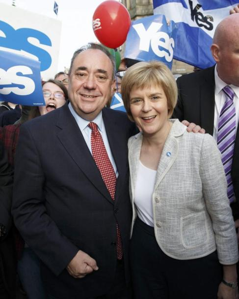 Alex Salmond junto a la nueva Nicola Sturgeon ministra principal de...