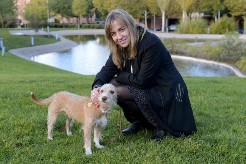 Tania con su perra Lola, antes de comenzar su jornada laboral