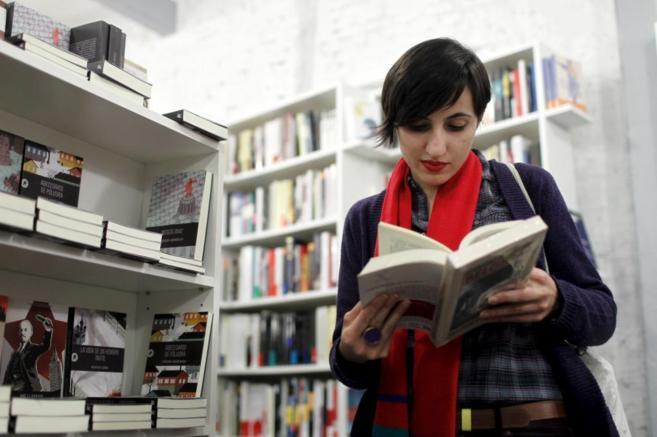 La periodista y profesora Sara R. Gallardo echando un ojo a un libro...