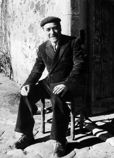 Pla, a la puerta de su masía en Llofriu (Girona) en los años 50.
