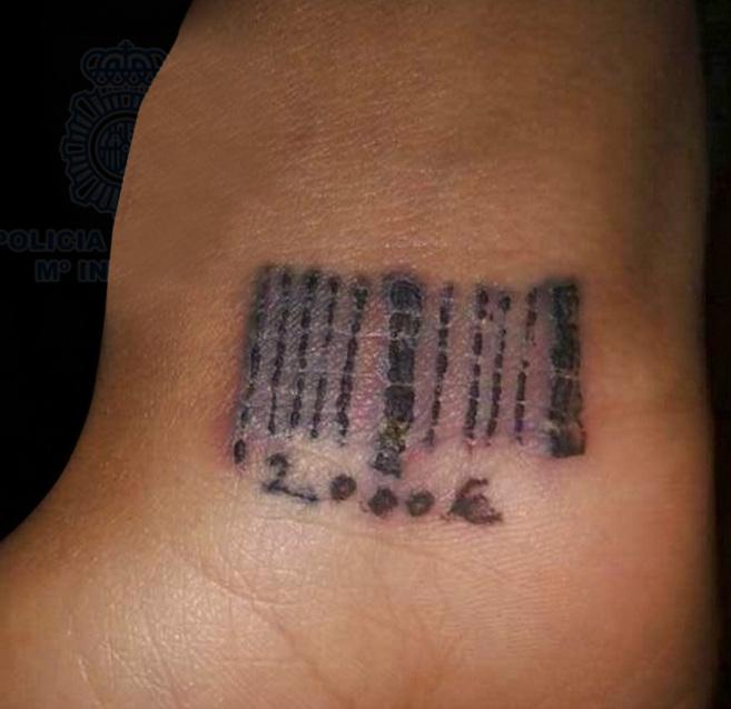 Una Nina Tatuada Para Ser Esclava Cronica El Mundo - Simbolo-tatuaje