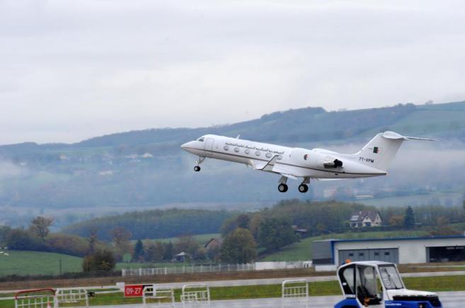 El avión presidencial llevando a Buteflika despega del aeropuerto de...