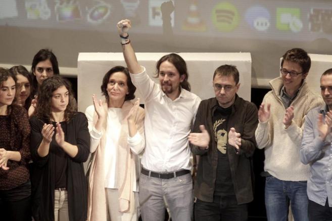 Pablo Iglesias, entre Carolina Bescansa, Juan Carlos Monedero e...