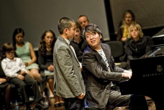 Lang Lang instruye a uno de los alumnos durante la 'master...