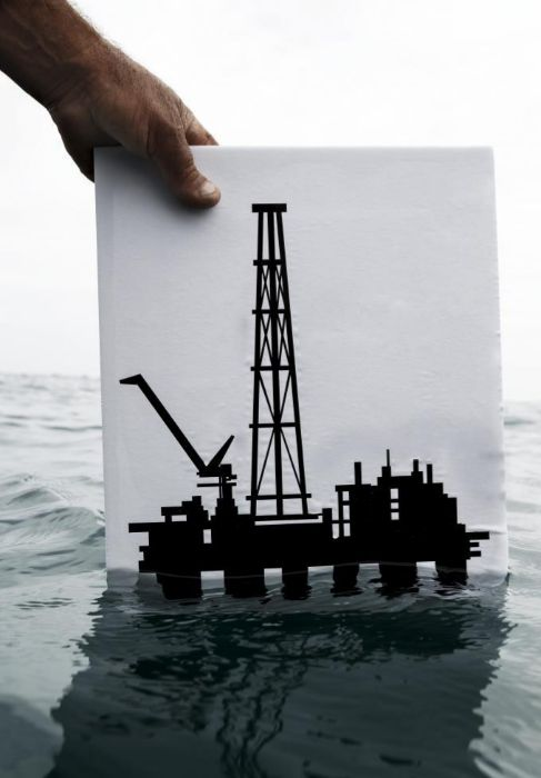 Un pescador porta el dibujo de una plataforma petrolífera.