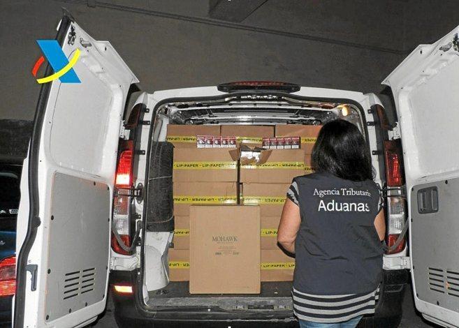 Una funcionaria de Aduanas muestra parte del alijo aprehendido en...