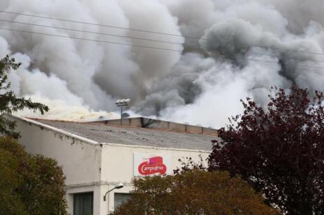 El denso humo que sale de la fábrica de Campofrío.