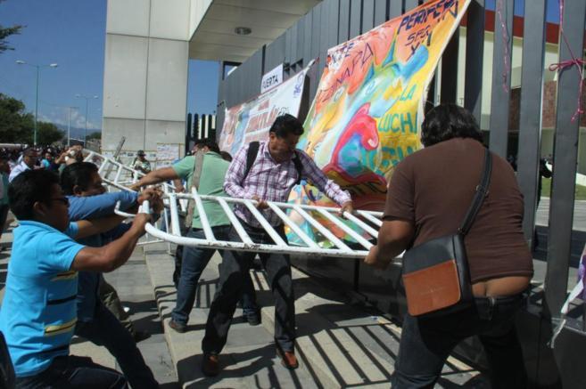 Un grupo de maestros asalta en el Congreso del estado de Oaxaca para...