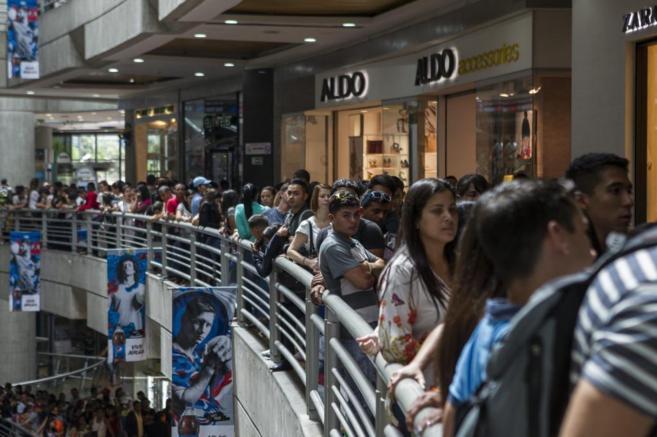 Centenares de caraqueños hacen cola para entrar en un Zara.