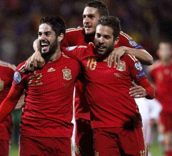 Isco, Koke y Alba se abrazan en Huelva, tras uno de los goles de la...