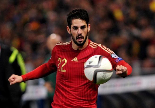 Isco controla un balón, en el partido contra Bielorrusia.
