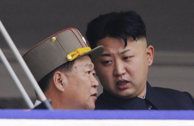 Choe Ryong-hae (izda.) dialoga con Kim Jong-un durante un encuentro en...