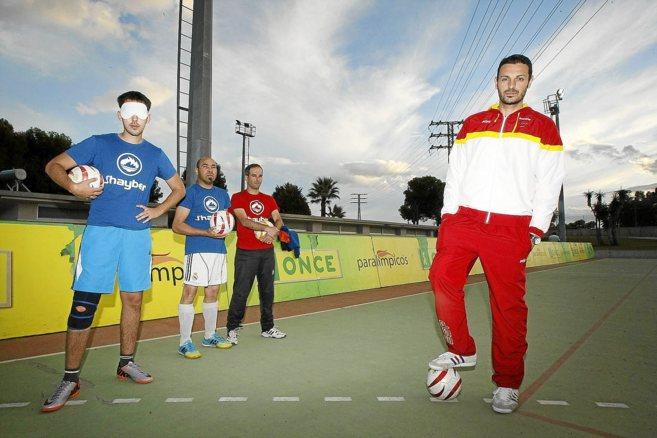 El entrenador José Carratalá junto con jugadores del equipo Alicante...