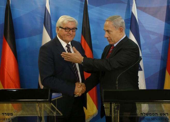 El 'premier' israelí (dcha.), en la rueda de prensa...