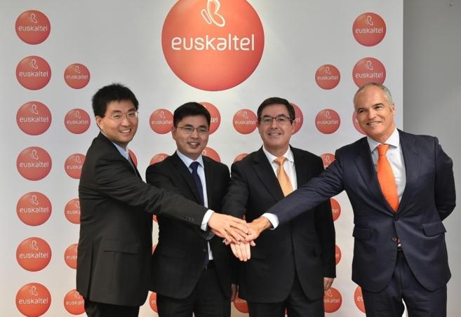 Los respomsables de la multinacional china y de Euskaltel.