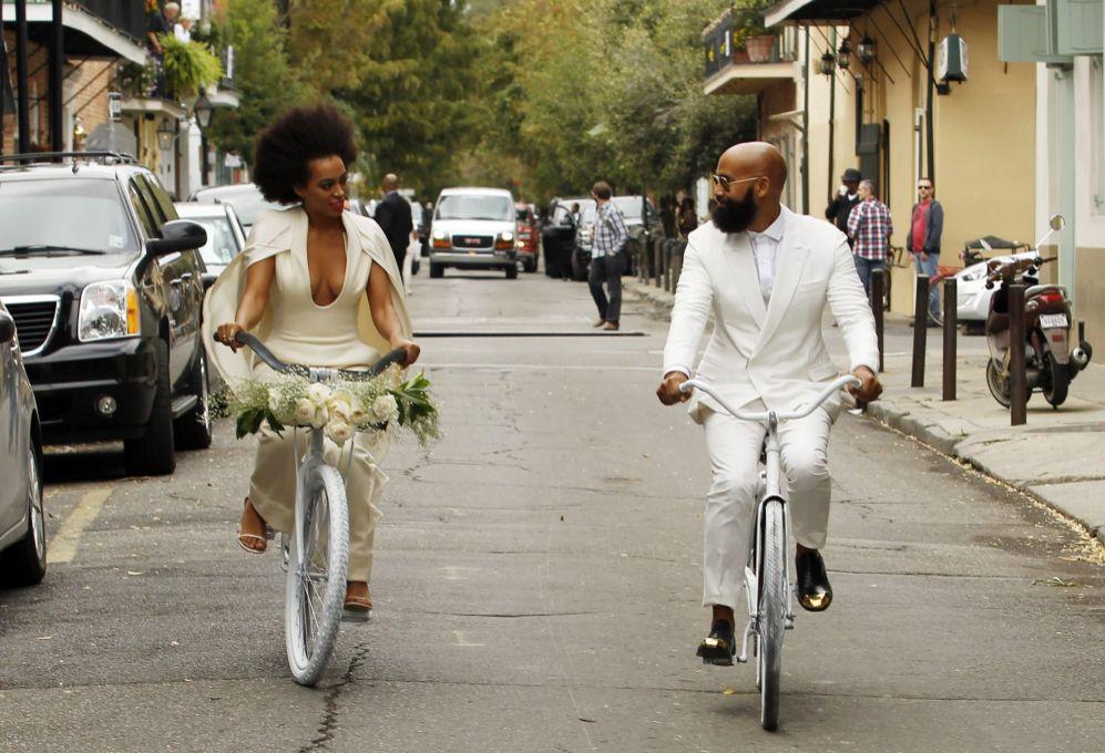 Los novios llegaron a la iglesia en bicicleta.