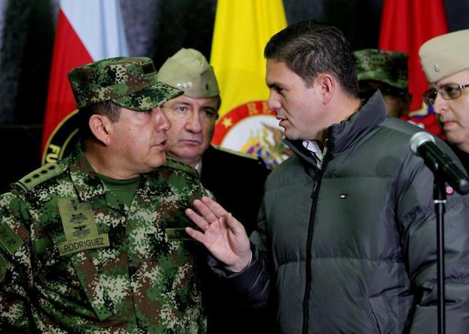 El ministro de Defensa de Colombia, Juan Carlos Pinzón (d), habla con...