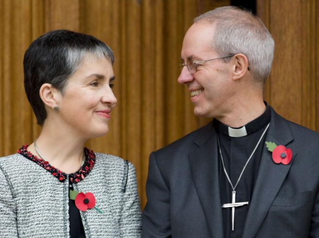 Justin Welby, arzobispo deCanterbury, junto a su esposa Caroline, en...