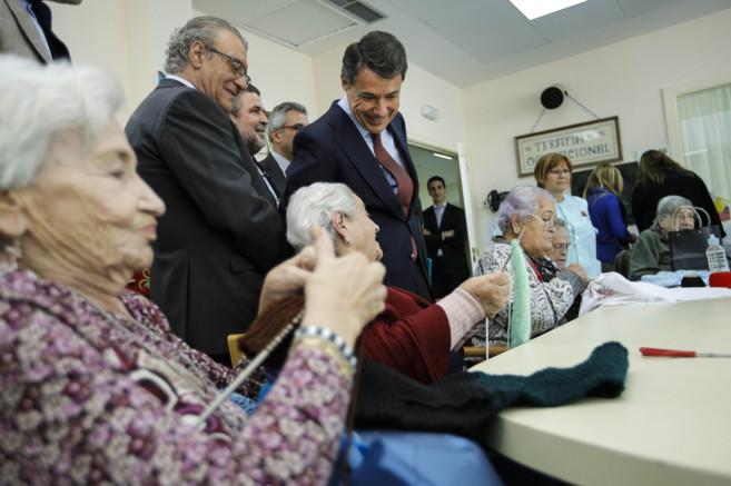 Ignacio González visita a los ancianos de la residencia pública El...