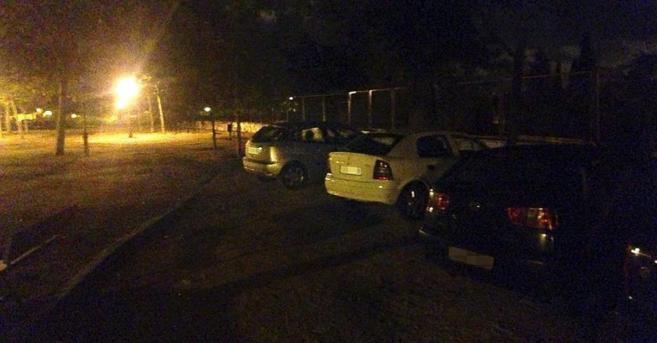 Los coches estacionados en el parque de La Cornisa.