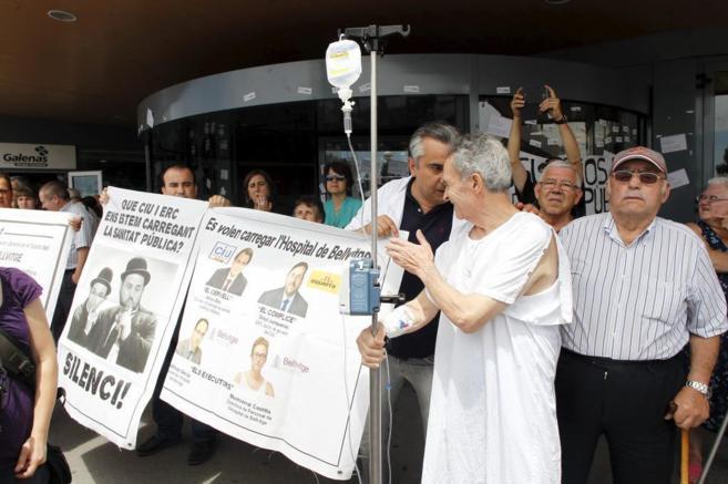 Protesta de facultativos y pacientes por los recortes del centro.