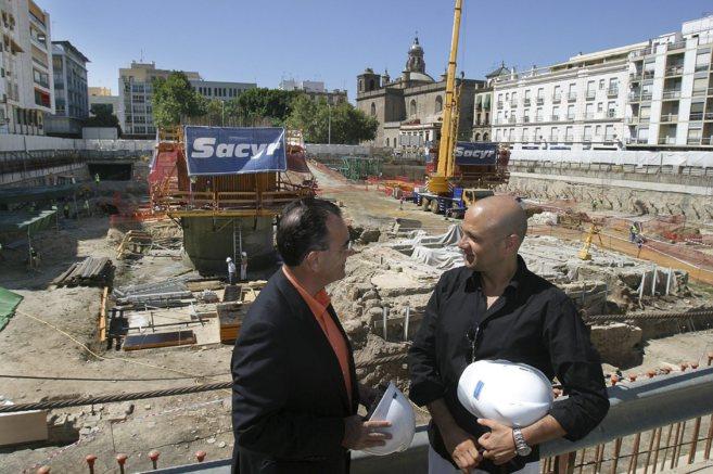 El entonces delegado de Urbanismo, Emilio Carrillo, con el arquitecto...