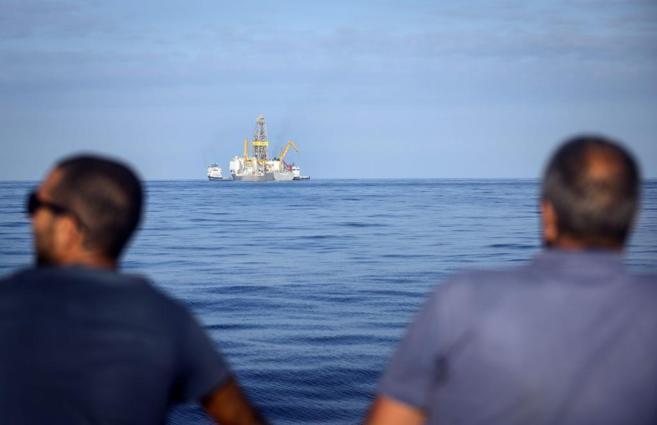 Dos personas observan el Rowan Renaissence, el barco con el que...