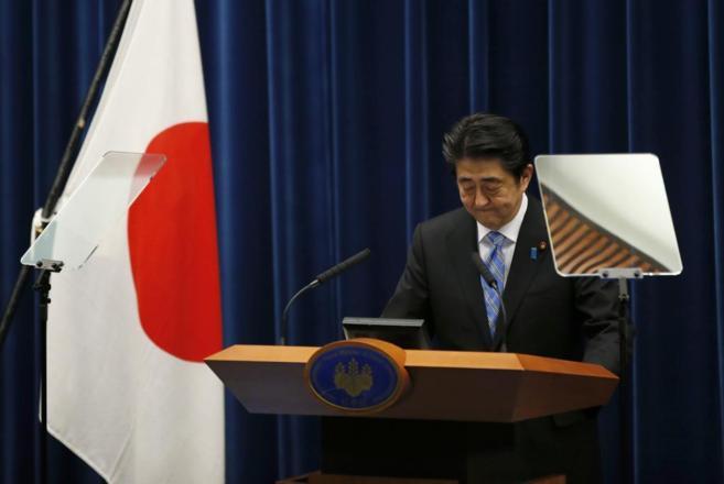 El primer ministro japonés, Shinzo Abe, comparece en su residencia...