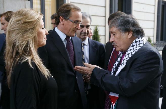 Alfonso Alonso y Trinidad Jiménez conversan con el embajador de...