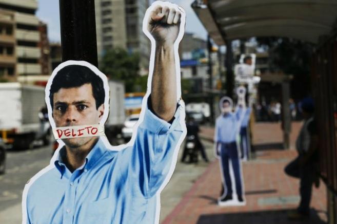 Figuras de cartón de líder encarcelado Leopoldo López, este verano...