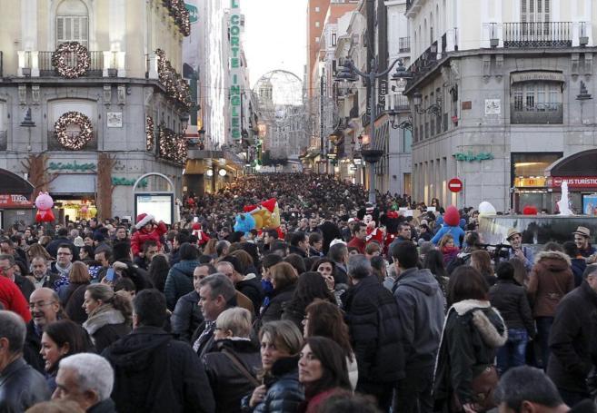 la calle preciados atestada en un día de las navidades del 2013