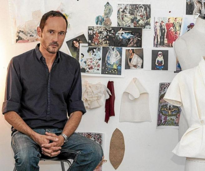 El director creativo de Delpozo, en su taller del Mercado Puerta de...