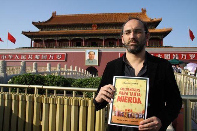 Joaquín Campos, con la portada de su libro, en China.