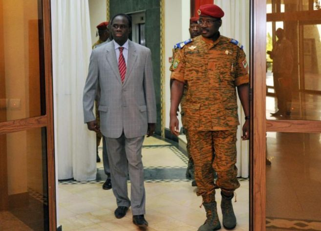 El ex presidente interino Michel Kafando entra al palacio presidencial...