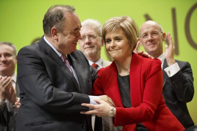 El ex líder independentista Alex Salmond junto a la nueva ministra...
