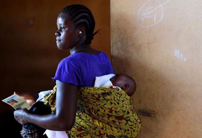 Una madre y su hijo acuden a un centro de salud en Sierra Leona..