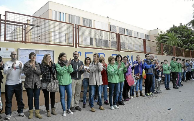 Protesta en el CEIP Molinar, uno de los institutos con problemas.