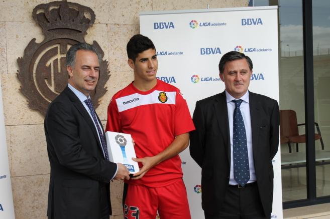 José Manuel Fragoso, director de zona de BBA, entrega su premio a...