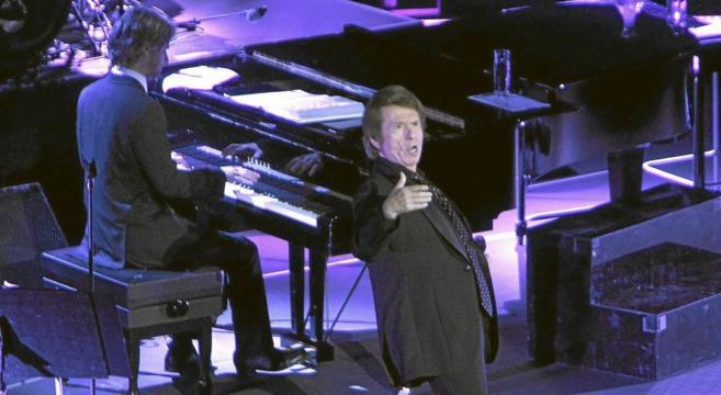 El cantante Raphael durante una actuación.