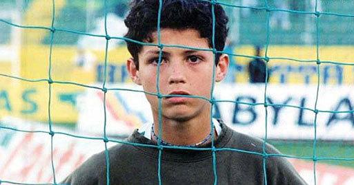 Cristiano Ronaldo, algo mayorcito, detrás de las redes de la...