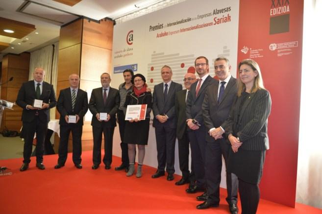 Foto de familia de los galardonados junto a Ana Oregi, Javier de...
