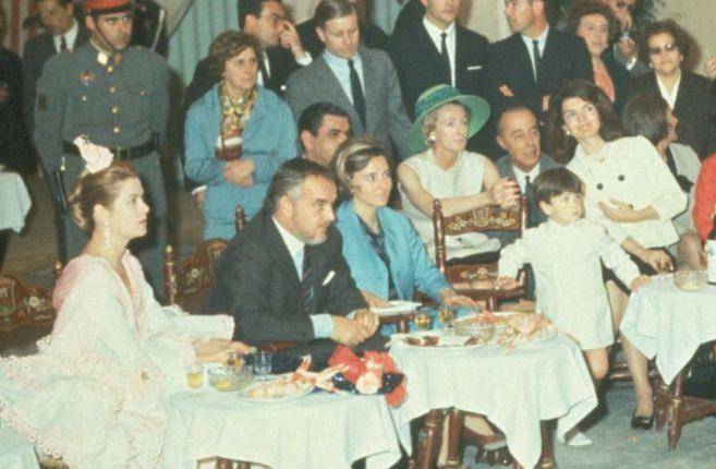 Los príncipes de Mónaco (a la izquierda) y Jackie Kennedy (por la...