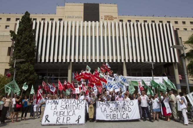 Protestas en la entrada principal del Hospital Doctor Peset de...