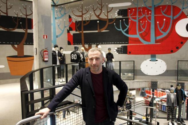 El director creativo de Urban Outfitters, Stepehn Briars, en la tienda...