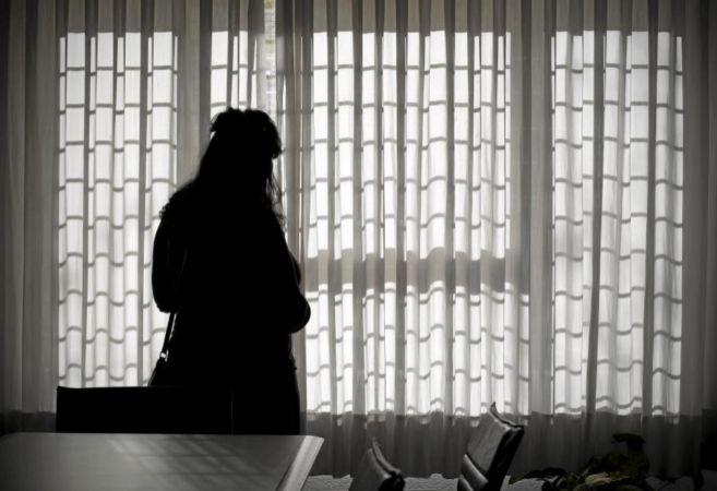 En la imagen, una joven obligada a casarse a los 13 años y maltratada...